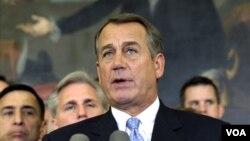 Ketua DPR John Boehner dan anggota partai Republik di DPR Amerika dalam jumpa pers (foto: dok). DPR AS yang dikuasai partai Republik menolak untuk mempertimbangkan kenaikan pajak bagi siapapun.