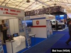 2015年莫斯科武器展上克里米亚军工和造船企业展区。俄罗斯吞并克里米亚前,乌克兰克里米亚的造船厂曾为中国海军生产过气垫登陆舰。如今这些企业都为俄罗斯军方服务。(美国之音白桦拍摄)