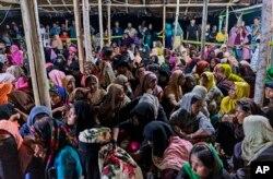 Pengungsi Rohingya beristirahat setelah kapal yang membawa mereka mendarat di Lhokseumawe, provinsi Aceh, Senin pagi, 7 September 2020.