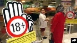 Các bảng với hàng chữ '18 tuổi trở lên' là một phần trong chiến dịch giữa chính phủ Indonesia và công ty thuốc lá Philip Morris để chống việc trẻ em hút thuốc