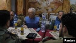 Ketua Misi Perdamaian PBB untuk Suriah, Mayor Jendral Robert Mood dari Norwegia (tengah) dan anggota lainnya mengadakan pertemuan dengan Tentara Pembebasan Suriah di wilayah Khalidiya, Homs (3/5).