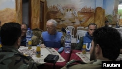 Para anggota tim pemantau PBB mengadakan pertemuan dengan Tentara Pemberontak Suriah di wilayah Khalidiya (3/5).