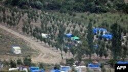 Türkiye'ye geçmek için sınırda bekleyen Suriyeli köylüler
