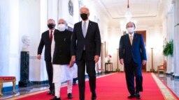 Presiden AS Joe Biden berjalan bersama PM Australia Scott Morrison, PM India Narendra Modi, dan PM Jepang Yoshihide Suga, sebelum dimulainya KTT Quad di Gedung Putih, Jumat (24/9).