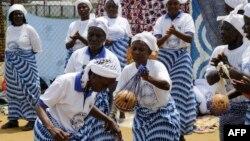 Kungiyar mata a Liberia da suke murnar karshen cutar ebola amma sai gashi ta sake dawowa bayan 'yan watanni da aka sanarda duniya cewa kasar ta rabu da ita