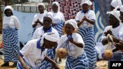 Miembros de Mujeres en la Red de Construcción de la paz bailan, cantan y oran en celebración por haber sido declarada Liberia libre de ébola.