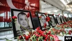 Ảnh minh họa - Hoa đặt trước di ảnh của những nhân viên sân bay thiệt mạng trong ba vụ đánh bom tự sát và nổ súng tấn công tại sân bay Ataturk ở thành phố Istanbul, Thổ Nhĩ Kỳ.