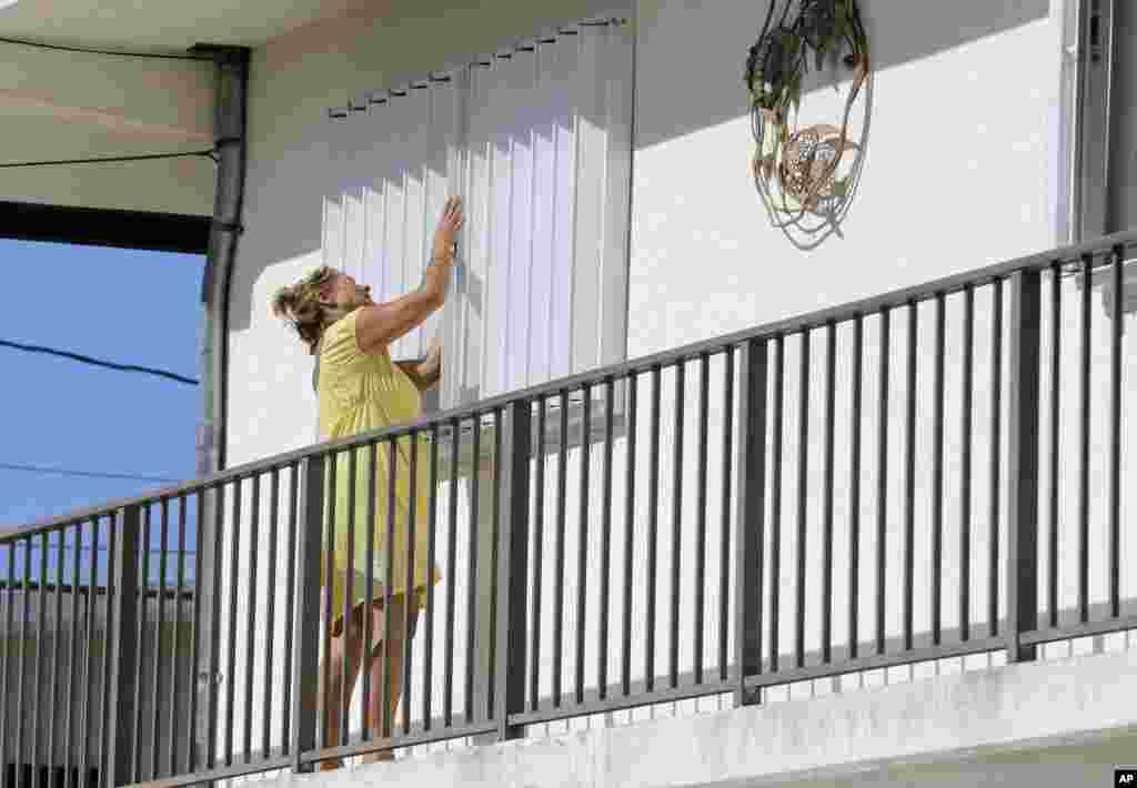 Nancy Eaves, de Key Largo, Florida, protege con madera las ventanas de su vivienda mientras se prepara para la llegada del huracán Irma. AP Sept.6, 2017.