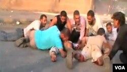 Gambar yang diambil dari video yang diunggah ke Youtube menunjukkan warga kota Hama mencari perlindungan dari tembakan pasukan Suriah (31/7).