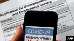 ໃນພາບນີ້ ຖ່າຍເມື່ອວັນທີ 8 ພຶດສະພາ 2020 ສະແດງໃຫ້ເຫັນເຄື່ອງໝາຍຂອງແອັບປລີເຄຊັນ ການຊ່ອຍເຫຼືອຄົນຫວ່າງງານ ຍ້ອນ COVID-19, ຢູ່ໃນໜ້າຈໍໂທລະສັບມືຖື ເພື່ອໃຫ້ຄົນນຳໃຊ້ຂໍເງິນຫວ່າງງານ, ໃນເມືອງອາລິງຕັນ ລັດເວີຈີເນຍ.