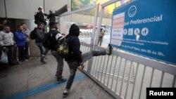 Usuarios del metro intentan abrir una estación del subterráneo de Sao Paulo en Itaquera.