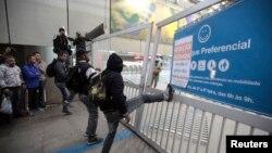 Một trạm xe điện ngầm ở Sao Paolo đóng cửa vì công nhân đình công, ngày 5 tháng 6, 2014.