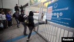 Para pekerja kereta api bawah tanah di Sao Paulo melakukan aksi mogok, Jumat (6/6).
