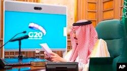 Raja Saudi Salman bin Abdulaziz mengetuai KTT G20 Virtual dari kantornya di Riyadh, Saudi Arabia, Kamis (26/3).