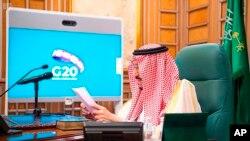 سعودی عرب کے بادشاہ شاہ سلمان وڈیو لنک کے ذریعے خطاب کر رہے ہیں۔
