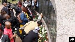 Frente al ceremonial instalado frente a la embajada de EE.UU. en Nairoby, Kenia, los kenianos se acercaron para depositar flores en recuerdos de familiares y amigos fallecidos.