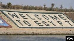 Giới hữu trách Ai Cập nói việc nới rộng kênh đào Suez là một trong những dự án giúp nước này hồi phục kinh tế.