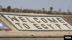 Para pejabat mengatakan Terusan Suez adalah salah satu proyek perbaikan ekonomi untuk meningkatkan investasi asing. (Foto: dok.)