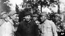 毛泽东、朱德(前排右侧)和一批军官游览北平(1949年夏天)