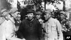 歷史照片:毛澤東、朱德(前排右側)和一批解放軍軍官遊覽北平(1949年夏天)