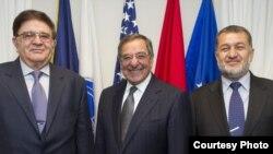 رحیم وردک، بسم الله محمدی، وزرای پیشین دفاع و داخلۀ افغانستان با لیون پنیتا وزیر دفاع ایالات متحده (عکس آیساف)
