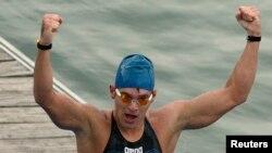 Perenang Rusia Vladimir Dyatchin saat memenangkan kejuaraan dunia renang 10 kilometer di Seville, 4 Mei 2008. (Foto: dok).
