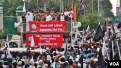 Ribuan umat islam dari berbagai organisasi berunjuk rasa di depan gedung MPR/DPR RI Senayan, Jakarta hari Jumat 29/9 menuntut agar DPR membatalkan perpu ormas dan menolak kebangkitan PKI. (Foto: VOA/Fathiyah)