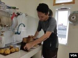 Bismillah Tahirzada sedang membuat keripik kentang untuk dijual secara online (foto: VOA/Indra Yoga).