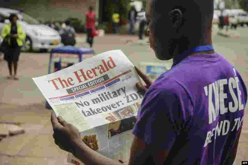 Un Zimbabwéen lit la Une du journal The Herald sur la crise au Zimbabwe, le 15 novembre 2017.