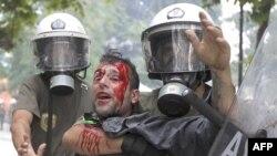 Cảnh sát chống bạo động bắt giữ 1 người biểu tình ở Athens, 29/6/2011