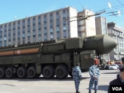 """去年5月莫斯科红场阅兵前夕彩排时展示的""""雅尔斯""""战略导弹。"""