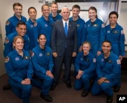 مایک پنس روز چهارشنبه با این فضانوردان جدید دیدار کرد. یاسمن، از راست، نشسته، نفر دوم