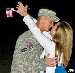 乔治亚州国民警卫队员从阿富汗返乡亲吻爱妻