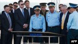 Bộ trưởng Quốc phòng Mỹ (thứ hai, bên phải) thăm căn cứ Biên Hòa airbase, 17/10/2018