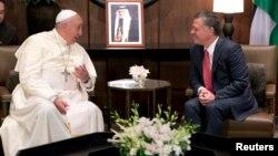 El papa Francisco fue recibido este sábado en Amán por el rey jordano Abdalá II.