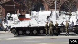 去年5月莫斯科紅場閱兵彩排期間,在莫斯科街頭的俄軍北極地區裝備。(美國之音白樺)