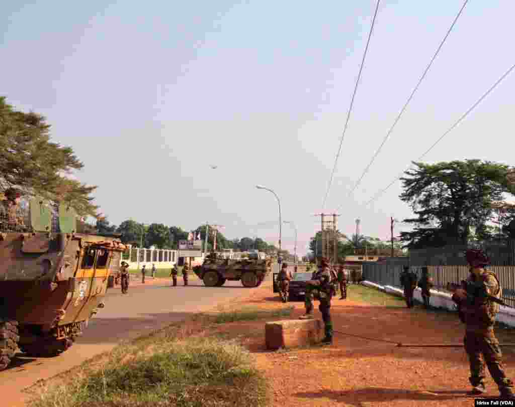 French soldiers stand ready at a checkpoint in Bangui, Central African Republic, Dec. 22, 2013. Idriss Fall/VOA