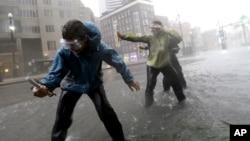 Estudiantes de la universidad de Alabama miden la velocidad del viento en Nueva Orleans, al tocar tierra el huracán Isaac. Isaac tiene vientos de hasta 128 kilómetros por hora.