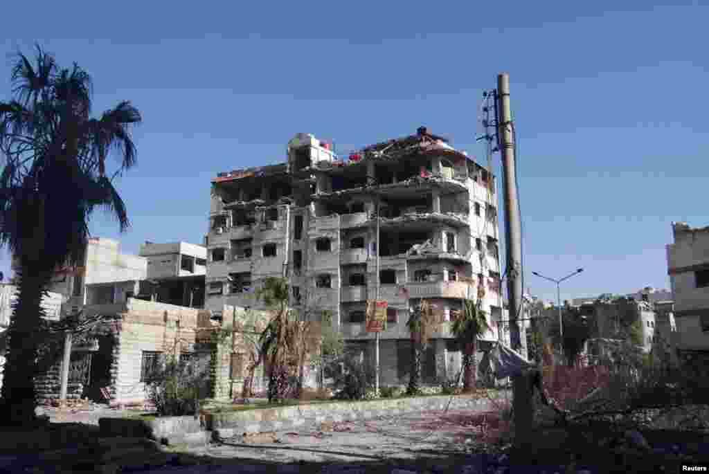 15일 시리아 정부군의 폭격으로 손상된 다마스쿠스 인근의 건물.