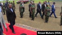 Le président Joseph Kabila à l'aéroport de Kavumu, à Bukavu, Sud-Kivu, RDC, 22 décembre 2015. VOA/Ernest Muhero