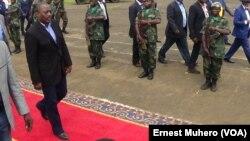 Le président Joseph Kabila à l'aéroport de Kavumu, à Bukavu, Sud-Kivu, RDC, 22 décembre 2015. (VOA/Ernest Muhero)