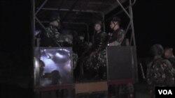 Pasukan Brimob dikirim dari markas Polsek Poso Pesisir Utara, Kabupaten Poso, Sulawesi Tengah untuk mendukung upaya evakuasi dua jenazah dari kelompok Santoso (18/7). (VOA/Yohanes Litha)