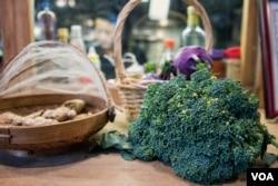 比起超市来,书店里的蔬菜具有新鲜、在地、有机等特点,其销售利润主要用来资助农村儿童的教育。(美国之音记者方正拍摄)