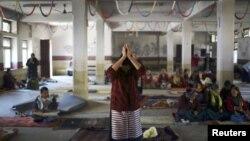 ຜູ້ຍິງຊາວທິເບດຜູ້ນຶ່ງ ສວດມົນພາວະນາ ໃຫ້ແກ່ດວງວິນຍານ ຂອງພວກປະທ້ວງ ເມື່ອນາງໄປເຖິງພິທີທີ່ຈັດຕັ້ງຂຶ້ນ ໃນນະຄອນ Kathmandu ໃນວັນທີ 17 ພະຈິກ 2012 ເພື່ອສະແດງເຖິງຄວາມເປັນນໍ້ານຶ້ງ ໃຈດຽວກັນ ກັບພວກໄດ້ຮັບເຄາະຮ້າຍ ຈາກການກໍ່ຄວາມຮຸນແຮງໃນທິເບດ ແລະ ຜູ້ຈູດເຜົາຕົນເອງເພື່ອປະທ້ວງນະໂຍບາຍປົກຄອງຂອງຈີນ.