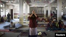 Một phụ nữ Tây Tạng ở Kathmandu cầu nguyện cho những người Tây Tạng tự thiêu, 17/11/12