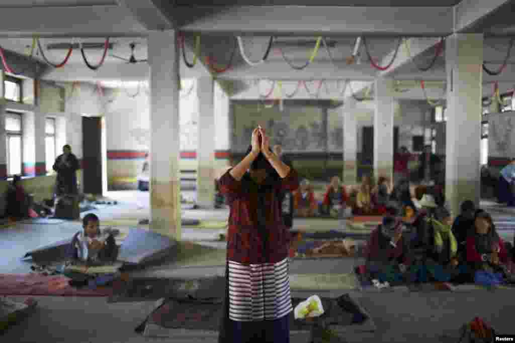 ຜູ້ຍິງຊາວທິເບດຜູ້ນຶ່ງ ສວດມົນພາວະນາ ແກ່ດວງວິນຍານຂອງພວກປະທ້ວງ ເມື່ອນາງໄປເຖິງພິທີ ທີ່ຈັດຕັ້ງຂຶ້ນ ໃນນະຄອນ Kathmandu ໃນວັນທີ 17 ພະຈິກ 2012 ເພື່ອສະແດງເຖິງຄວາມເປັນນໍ້ານຶ່ງ ໃຈດຽວກັນກັບພວກໄດ້ຮັບເຄາະຮ້າຍ ຈາກການກໍ່ຄວາມຮຸນແຮງໃນທິເບດ ແລະ ຜູ້ຈູດເຜົາຕົນເອງ ເພື່ອປະທ້ວງນະໂຍບາຍປົກຄອງຂອງຈີນ.