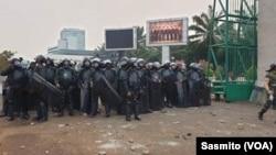 Polisi memperketat pengamanan saat berlangsungnya aksi mahasiswa di depan Gedung DPR di Jakarta pada 20 September 2019. (Foto: VOA/Sasmito)