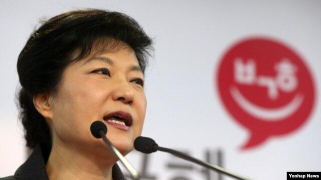 20일 새누리당 당사 기자실에서 대국민인사를 하는 박근혜 대통령 당선인.