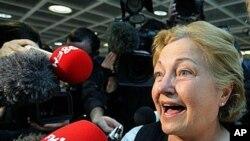 诺贝尔和平奖得主马桂尔回到爱尔兰机场后答记者问