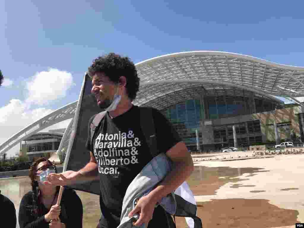 Bryan es un joven que salió a protestar en el marco de la visita del presidente Donald Trump a Puerto Rico. El joven señala que EE.UU. debe preocuparse más por ayudar en el campo porque los recursos solo están llegando a San Juan.
